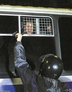 Конвой с заключенными не церемонится. Фото Reuters