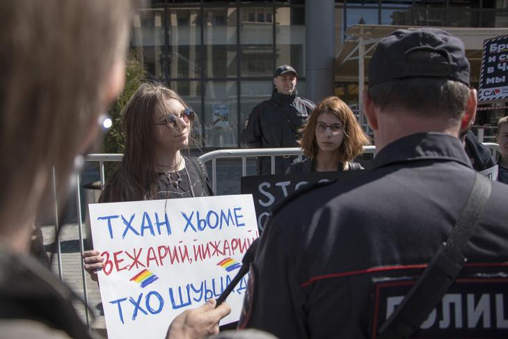 Обращение на чеченском: Дорогие наши братья и сестры! Мы с вами! Фотограф Арден Аркман